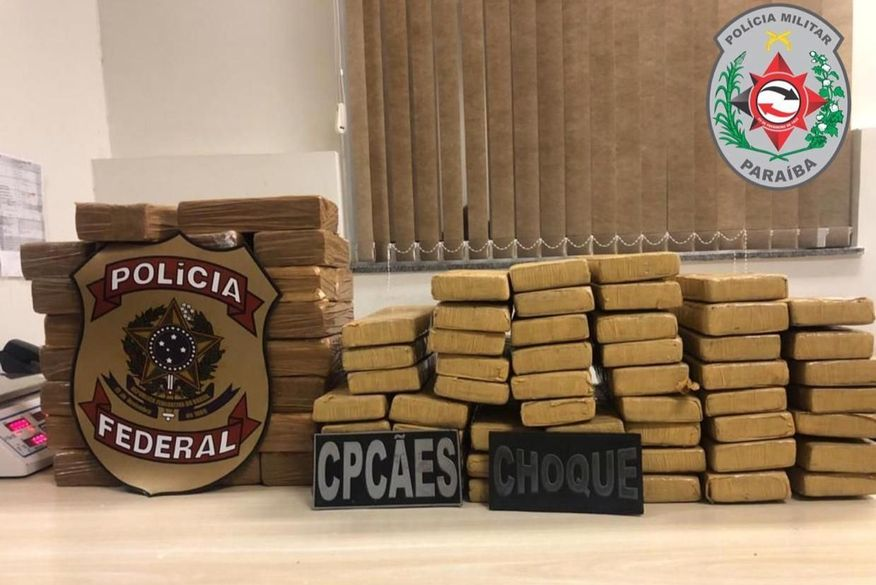 Operação das Polícias Federal e Militar prende três pessoas com 82 quilos de drogas escondidas dentro de carroceria de veículo na Paraíba