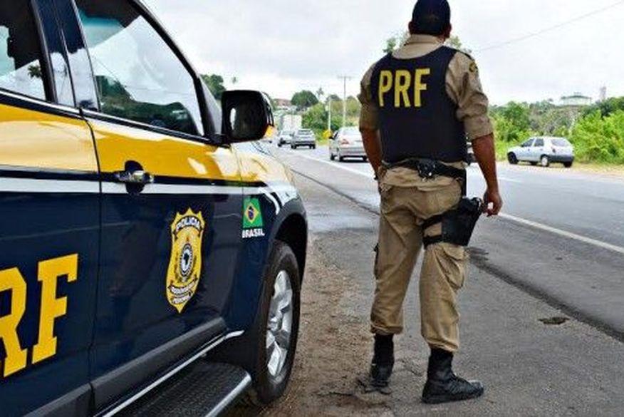 Motorista morre após carreta carregada de cimento tombar em rodovia da Paraíba