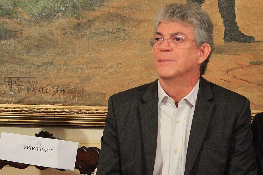 Ricardo Coutinho vai à Penitenciária Média de Mangabeira para retirar tornozeleira eletrônica após conseguir liminar no STF