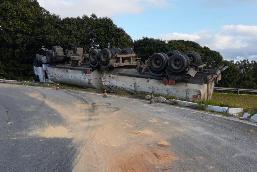 Cerca de 20 mil litros de diesel foram parar em rio após tombamento de carreta na BR-101, na Paraíba; multa a empresa pode chegar a R$ 50 milhões