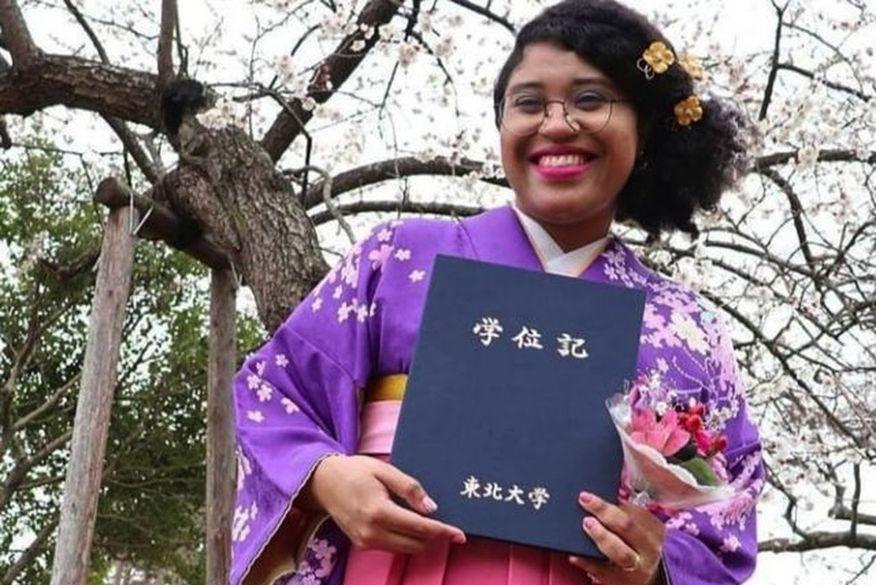 Acadêmica brasileira viraliza unindo kimono e cabelo afro no Japão