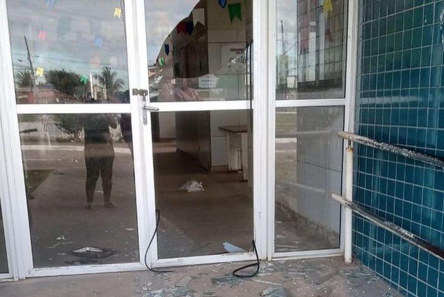 Bandidos invadem USF, destroem portas e fogem levando medicamentos em João Pessoa