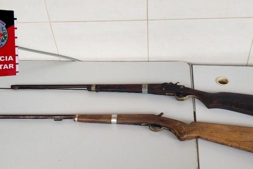 Polícia apreende armas encontradas na casa de homem que responde por violência doméstica