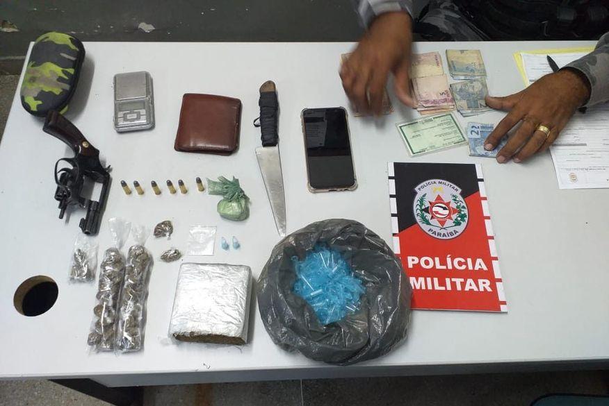 Polícia prende suspeito de tráfico de drogas e apreende arma e drogas em Campina Grande
