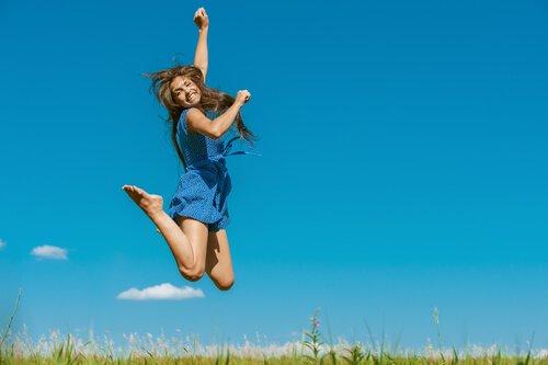 Mujer-saltando-feliz