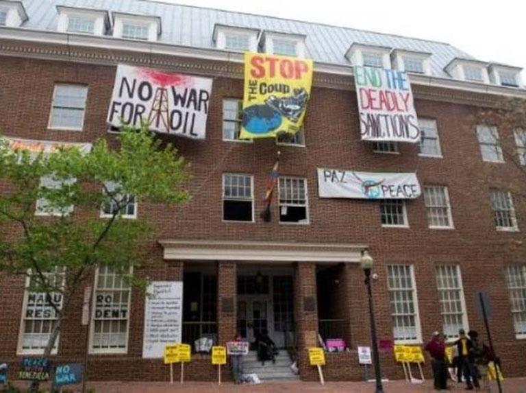 EEUU retira cargos contra activistas arrestados dentro de embajada de Venezuela