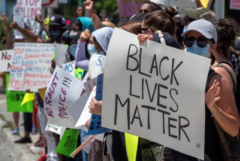 Manifestantes piden justicia a un año de la muerte de Breonna Taylor