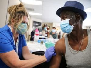 Vacunados contra Covid pueden viajar con precauciones a EEUU