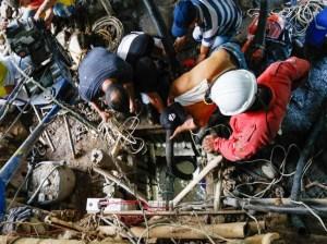 Continúa la búsqueda de 11 mineros atrapados en una mina de oro