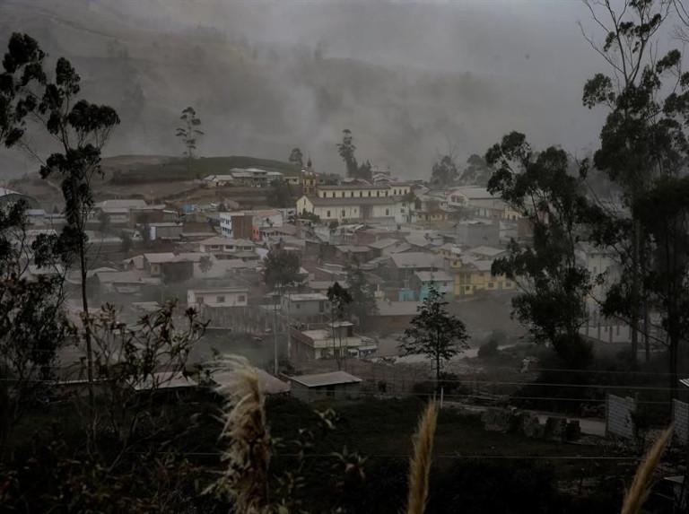 Volcán en Ecuador arroja cenizas que cubren varias ciudades