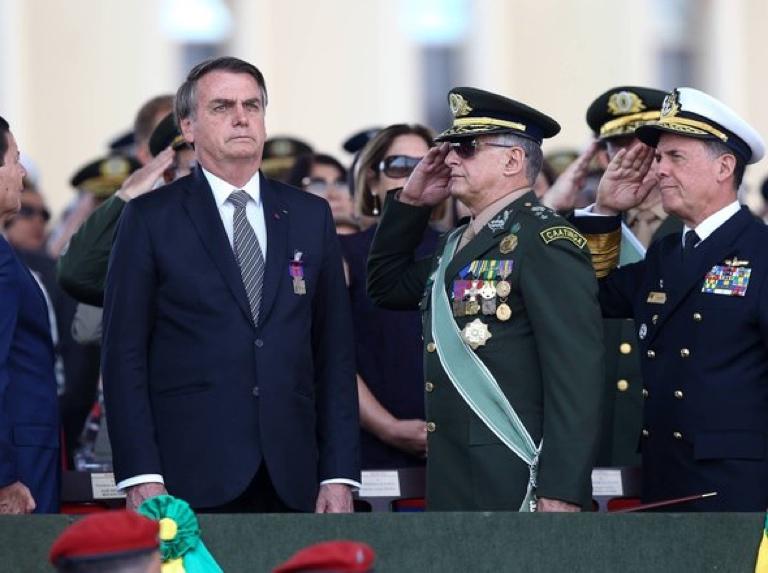 Jefes de las Fuerzas Armadas le renuncian en pleno a Bolsonaro