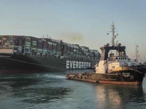 Reabren Canal de Suez tras la liberación de carguero atascado