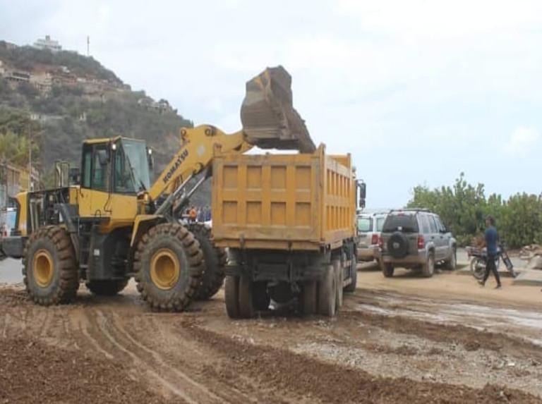 Despejan vialidad del sector Taguao colapsado por lluvias en La Guaira
