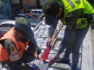 Llevaban 191 panelas de cocaína en un autobús