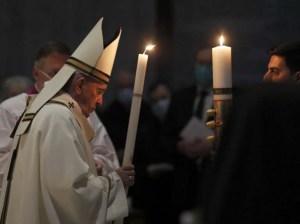 """El Papa insta a la esperanza en medio de la """"oscuridad"""" de la pandemia"""