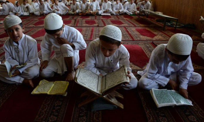 Torino, cena di classe rinviata: uno studente è musulmano