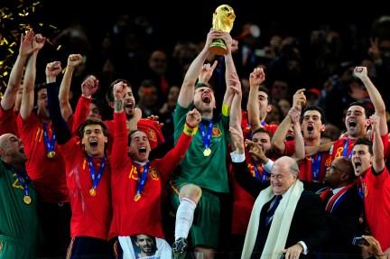 Iker Casillas levanta la copa del Mundial de Sudáfrica