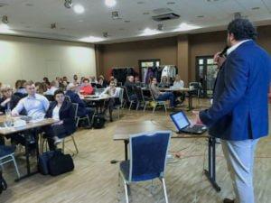 Marek Niewiadomski w imieniu Ultra Ubezpieczenia wita uczestników szkolenia
