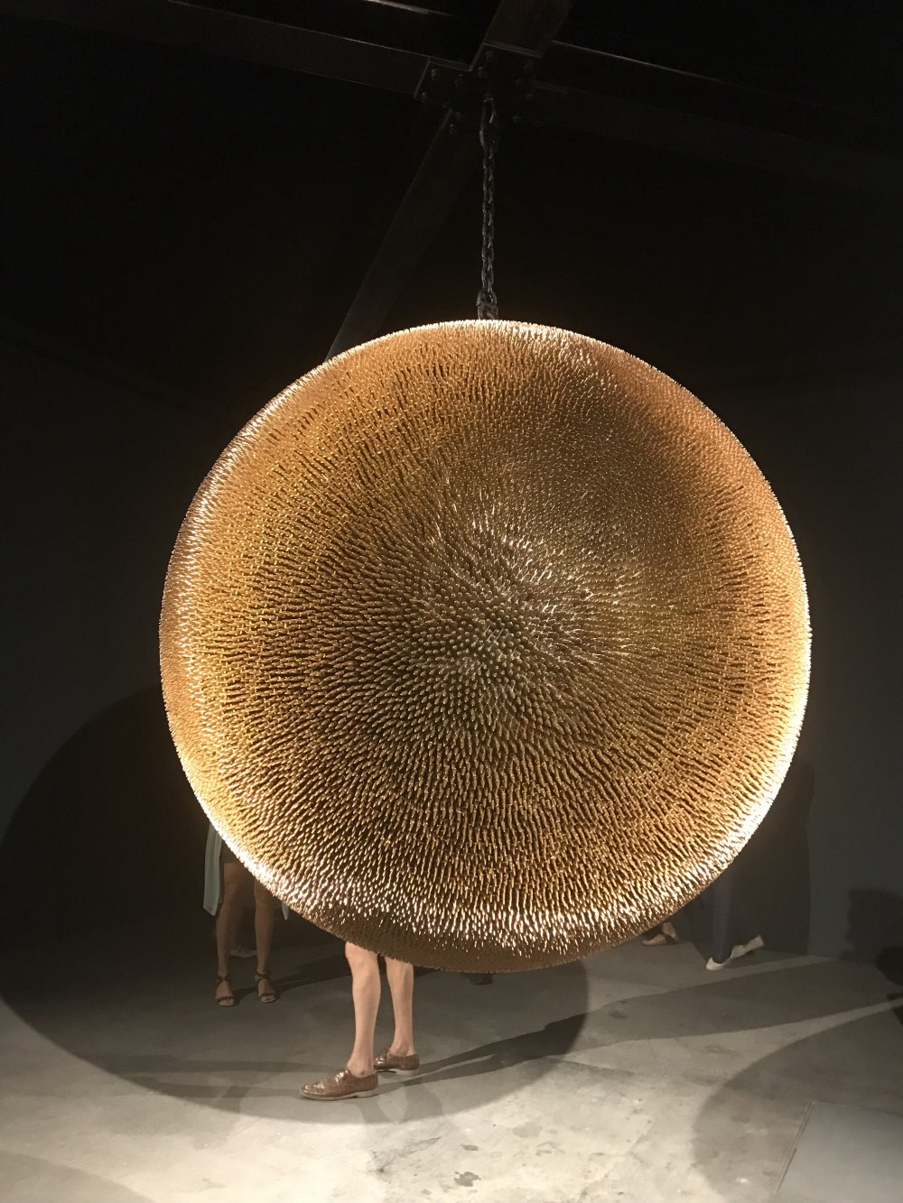 Esta obra exposta na Art Basel é uma esfera toda composta por balas