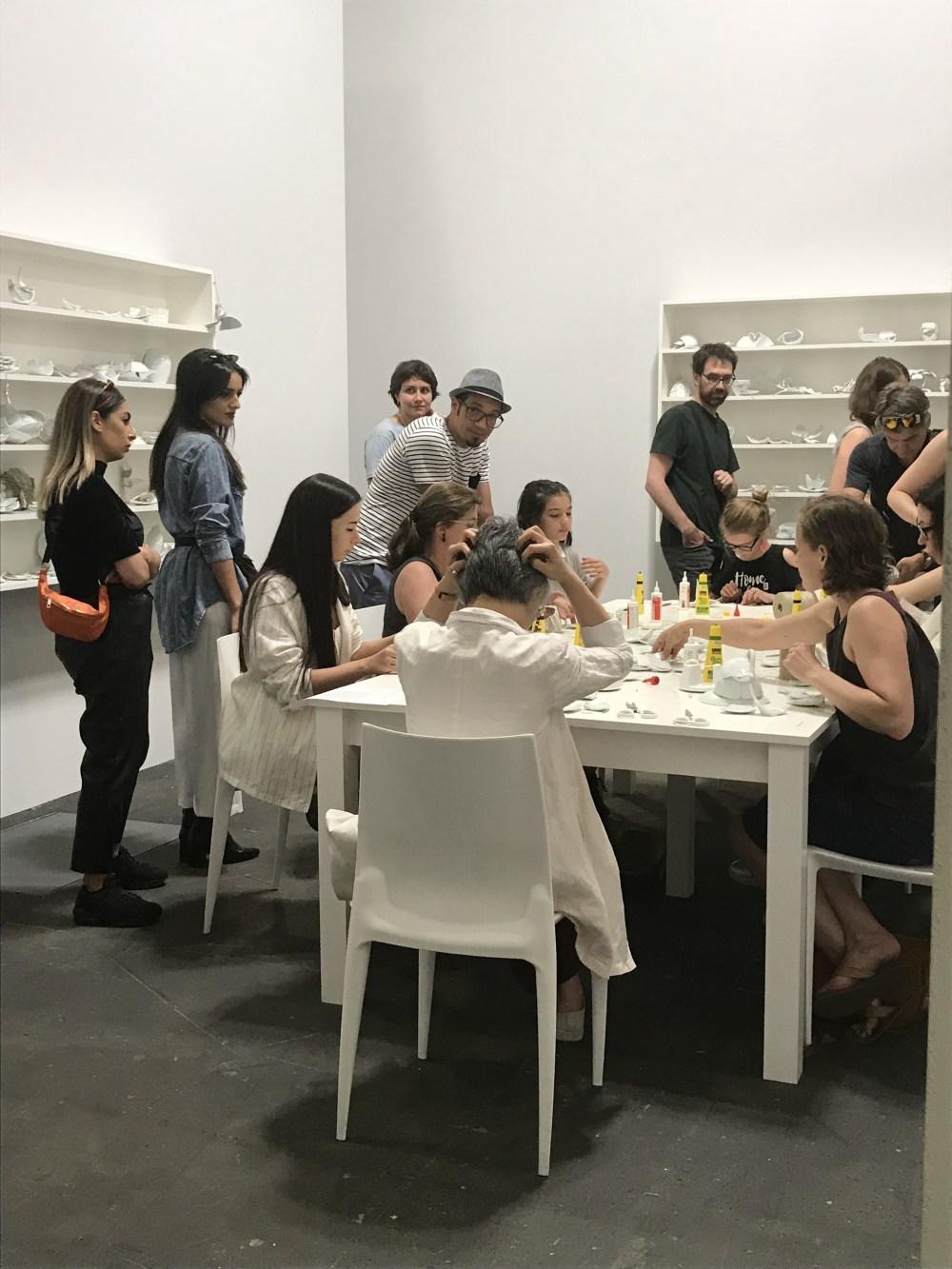 A edição 2018 trazia uma oficina de colagem de porcelanas proposta pela Yoko Ono