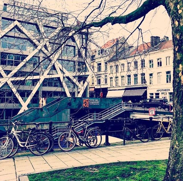 O antigo, o moderno e as bicicletas se encontram nas ruas de Ghent