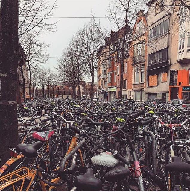 Bicicletas estacionadas nas redondezas da estação de Ghent