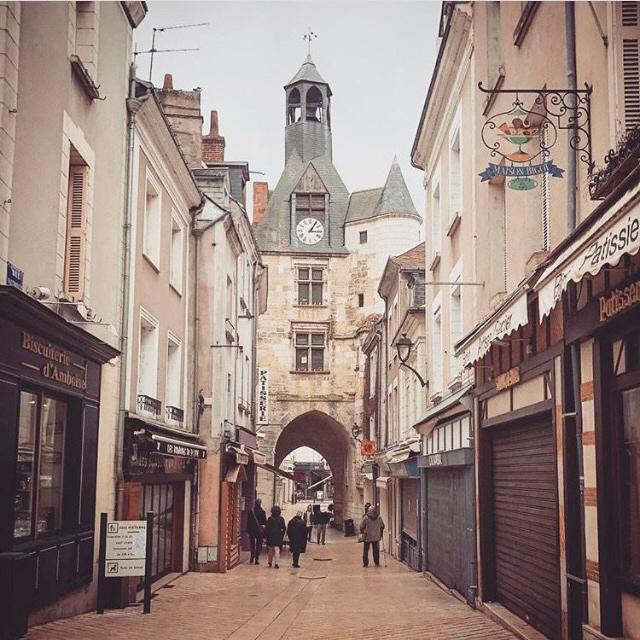 A encantadora Amboise com seu relógio antigo