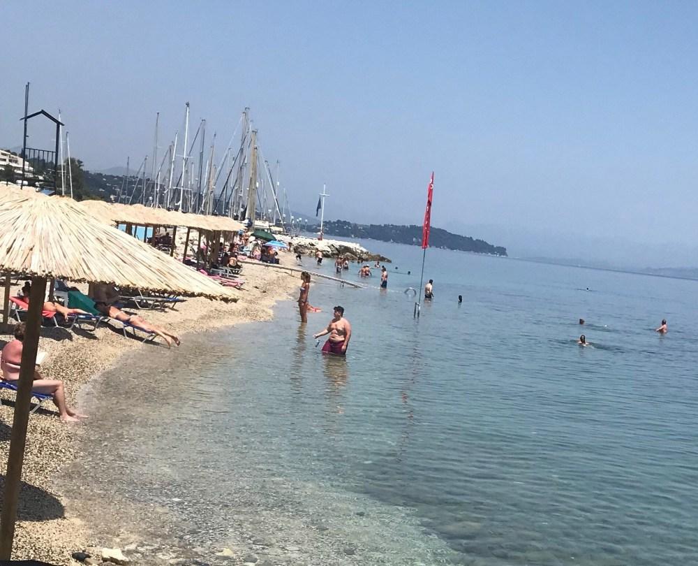 Benitses é uma praia bonita, mas com uma pequena faixa de areia e pedras e espaço apertado