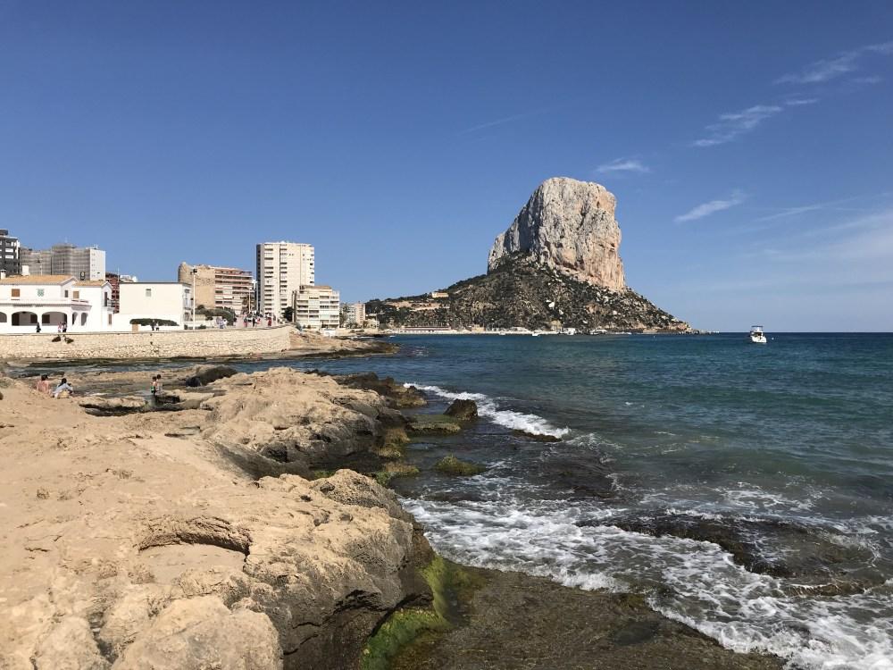 Logo atrás desse trecho, nessa entrada do mar, estão os Baños de la Reina, onde se formam termas