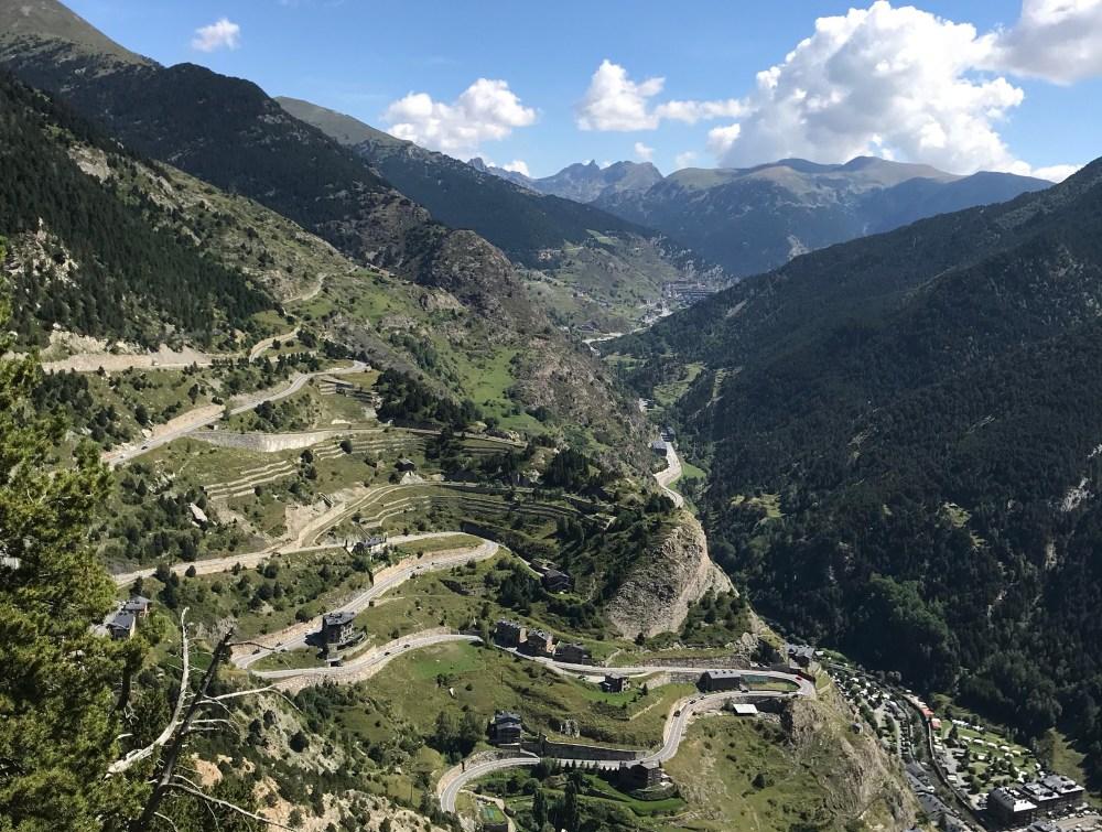 As estradas em zigue-zague em Andorra