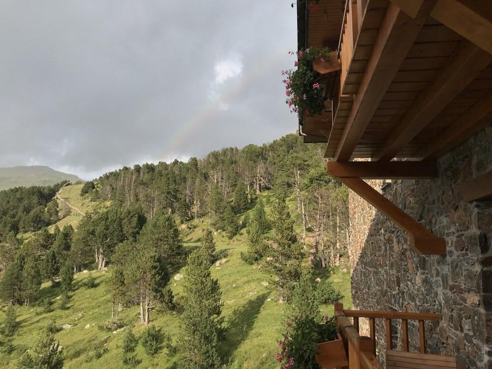 A vista do nosso quarto no Grau Roig e um outro lindo arco-íris