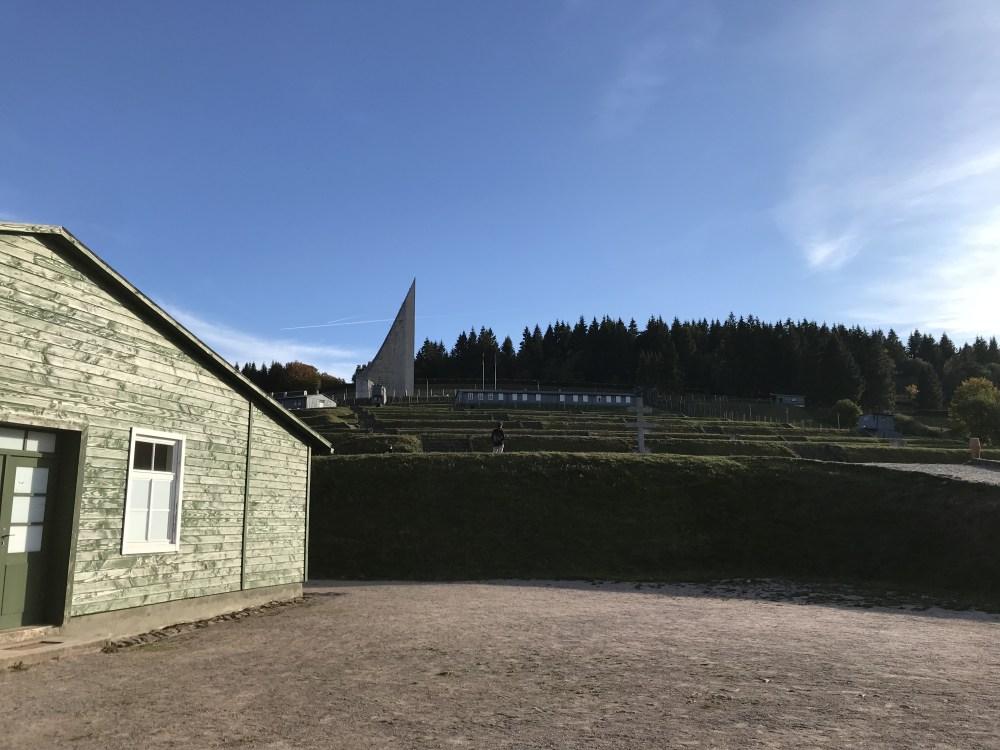 A vista para os campos de trabalho de Struthof, além do cemitério situado na parte mais alta