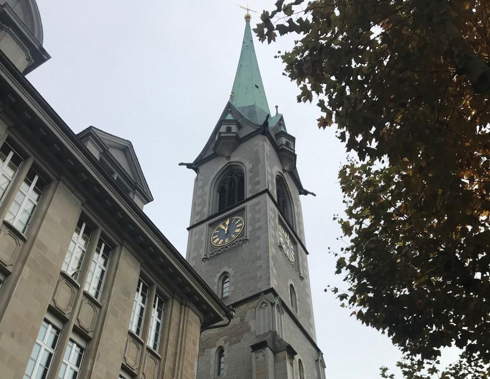 O charme das igrejas de Zurique e suas torres pontudas
