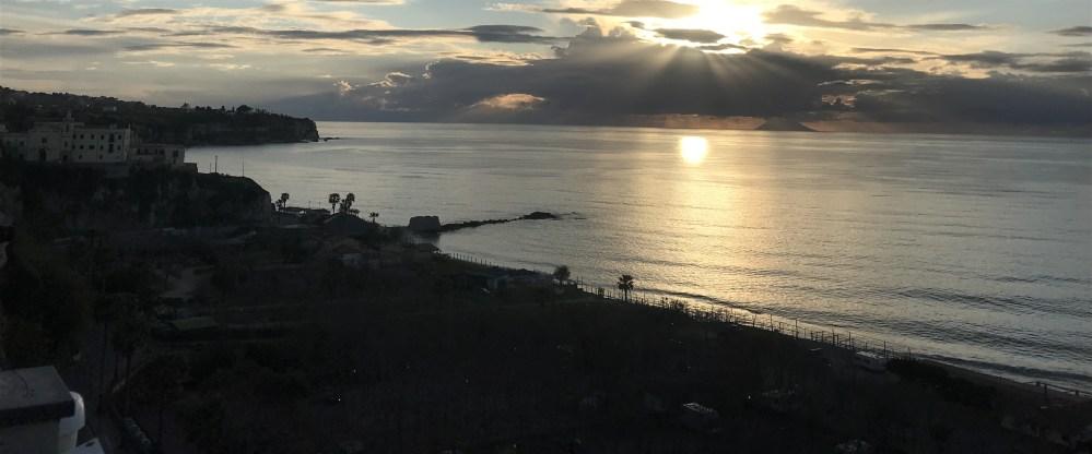 O vulcão Stromboli abaixo das nuvens visto de Tropea, na Calábria
