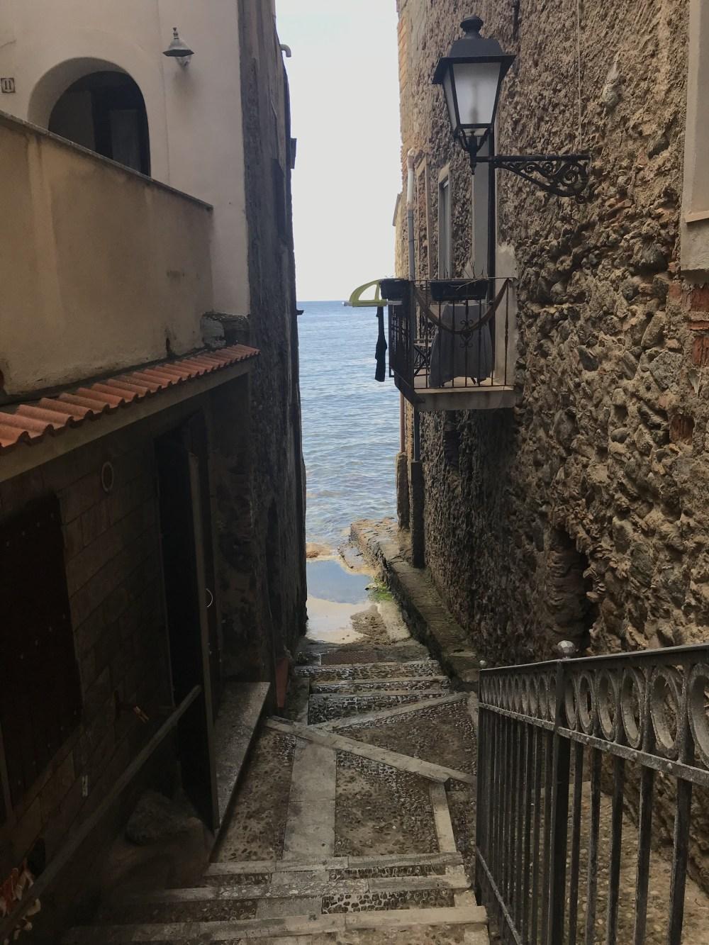 As casas de Chinalea, em Scilla, encontrando o mar