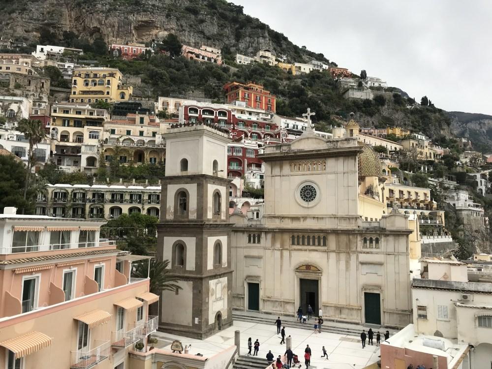 Vista de cima para a praça da catedral de Positano