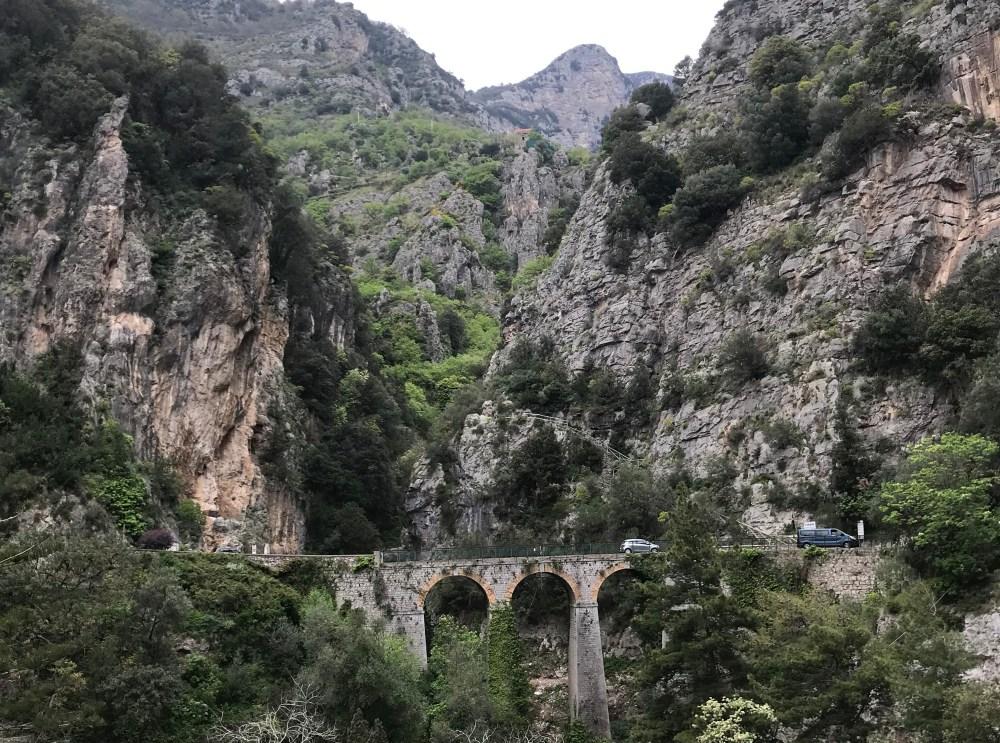 O trajeto da Costa Amalfitana revela belas paisagens tanto para o mar quanto para as montanhas