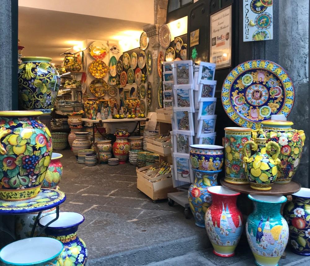 As porcelanas estão entre os mais famosos souvenirs da Costa Amalfitana