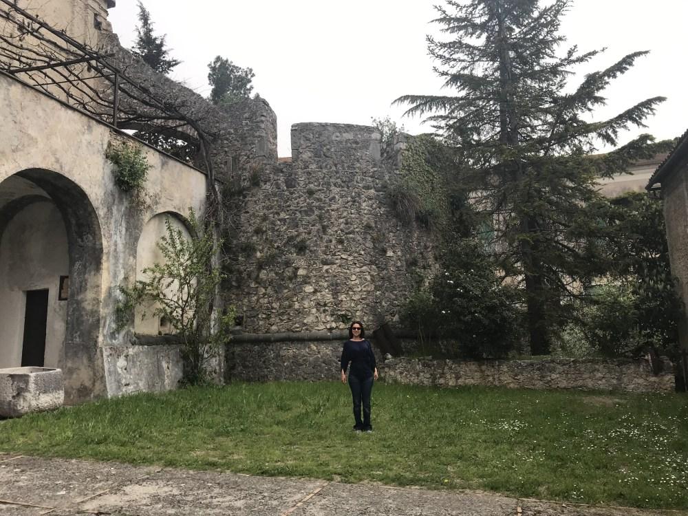 O jardim do Castello de Teggiano, na Campania, Itália