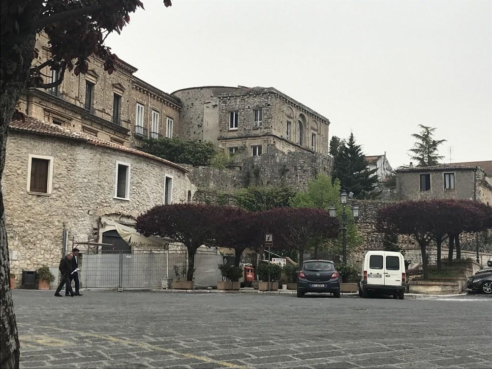 O castelo de Teggiano visto da praça principal da cidade