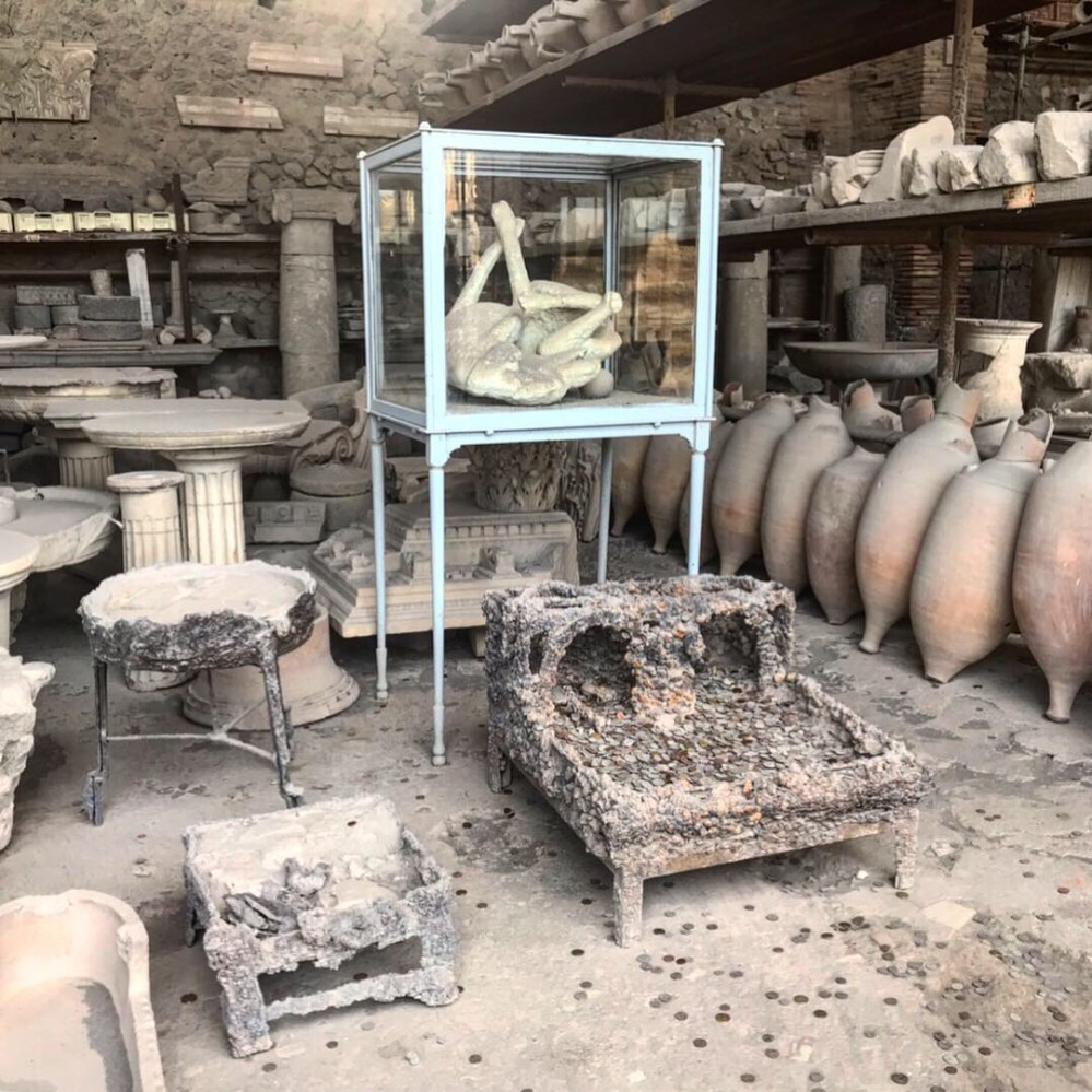 As tristes cenas de corpos petrificados. Até o cachorro de Pompeia virou pedra!