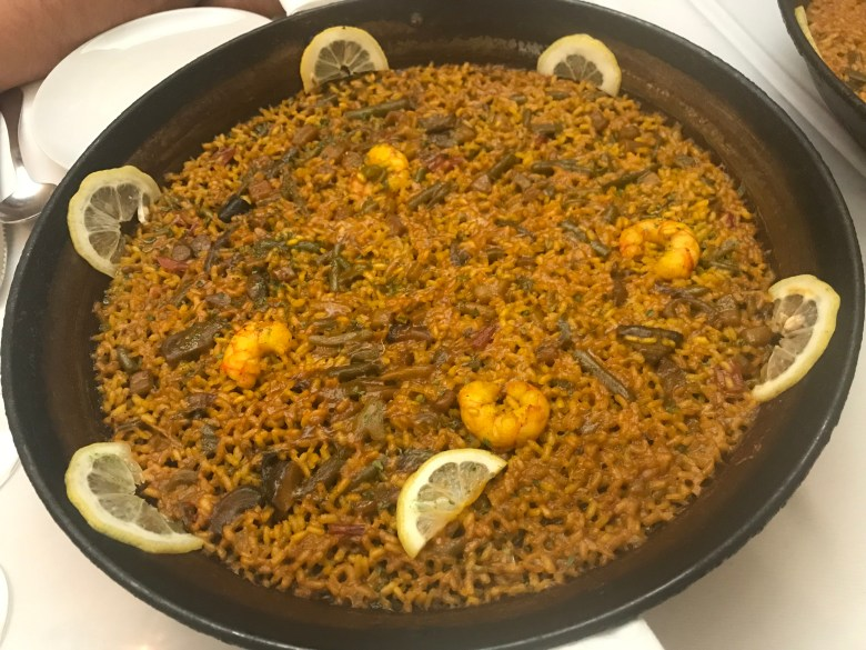 Uma boa paella tem uma camada bem fina de arroz e fica crocante
