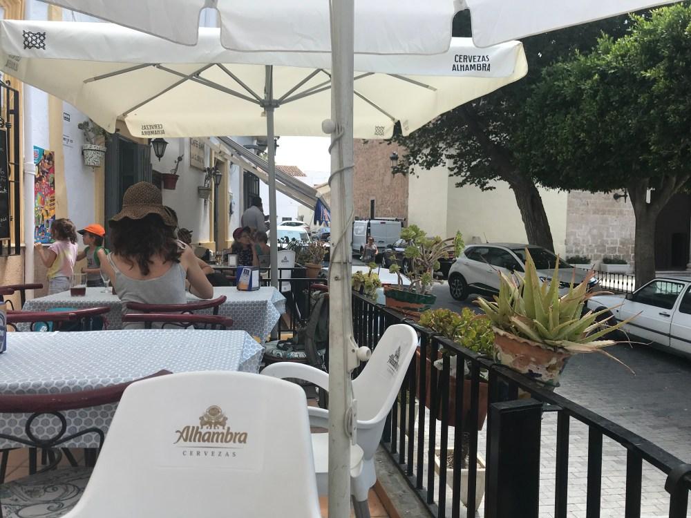 Sentamos na varandinha do bar pra tomar um café ao clima do interior