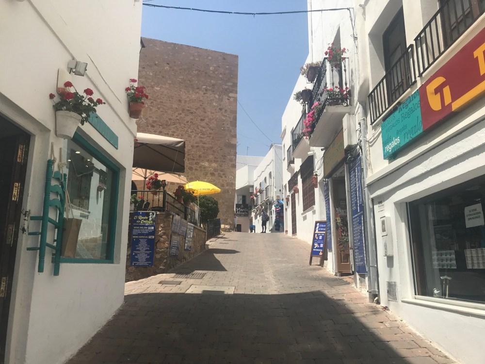 O centro antigo de Mojácar está cheio de lojinhas de artesanato da região