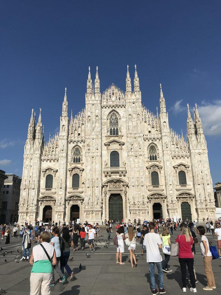 Duomo de Milão sempre lotada