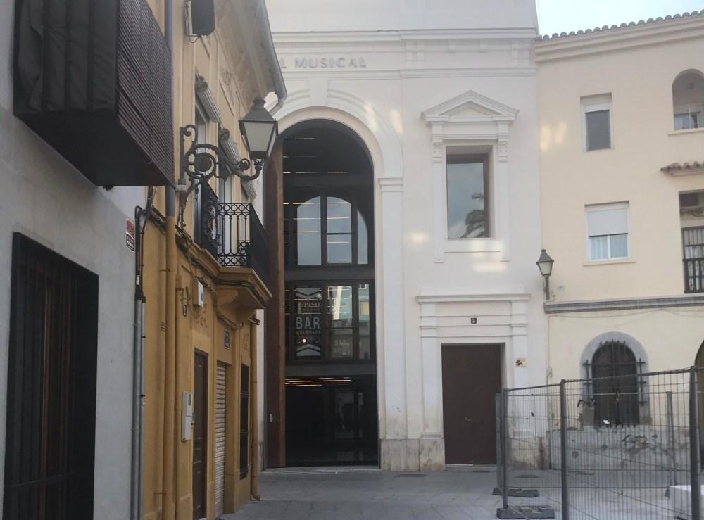 A igreja e os arredores estão todos em reforma e o Teatro já está pronto