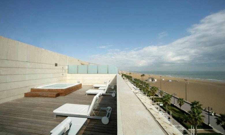 Um solzinho de frente ao mar no Hotel Neptuno de Valência   Foto: Booking