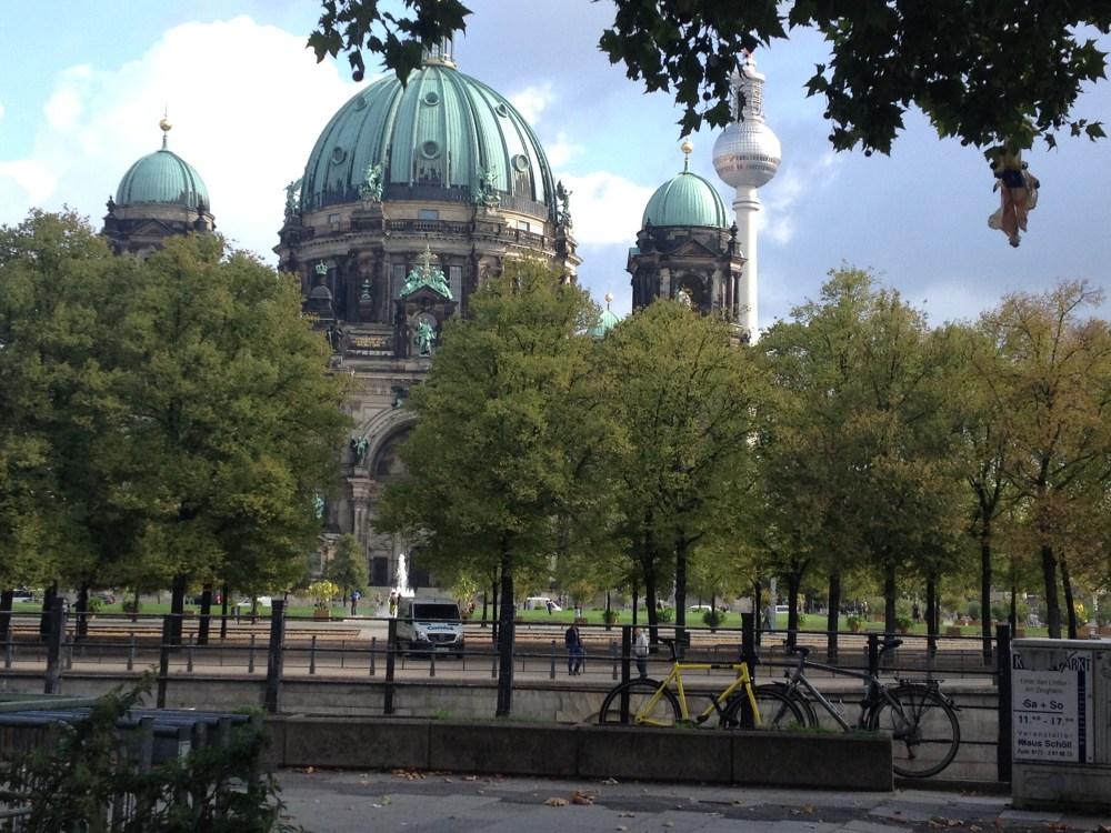 O metrô de Berlim ou os trams te levam para onde você quiser! Em alguns casos, os ônibus podem ser uma opção. Confira então no Google!