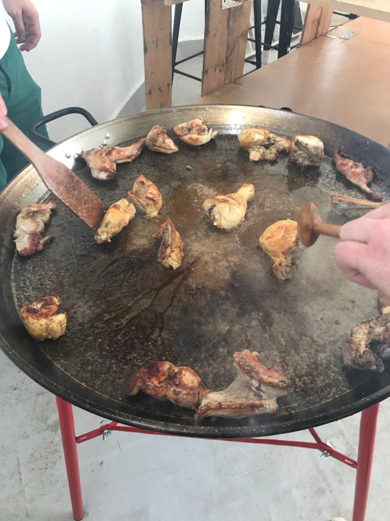 Como fazer a verdadeira paella valenciana? Explico aqui a receita original da paella num passo a passo! Dicas de moradora da cidade de Valencia que aprendeu com amigos locais! #paella #paellavalenciana