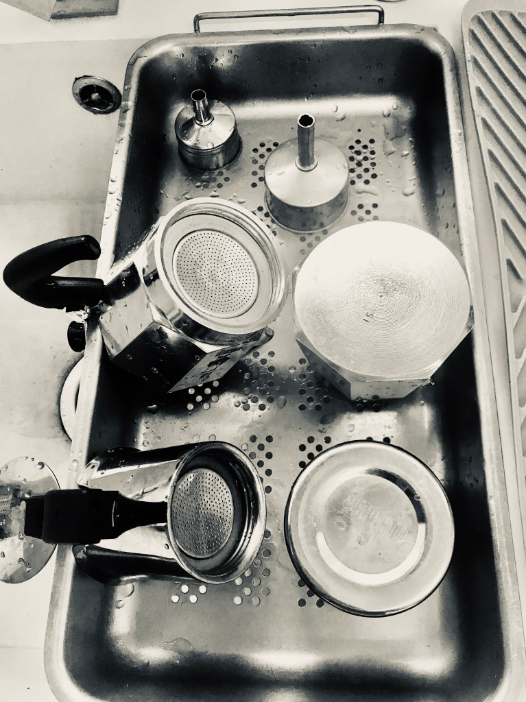 Knowing how to wash the Italian coffee maker is essential: here at home we use this drainer to ensure that all water evaporates naturally